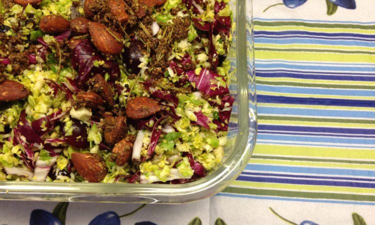 Rosenkohl Radicchio Salat mit Trauben, Mandeln und Orangen Vinaigrette