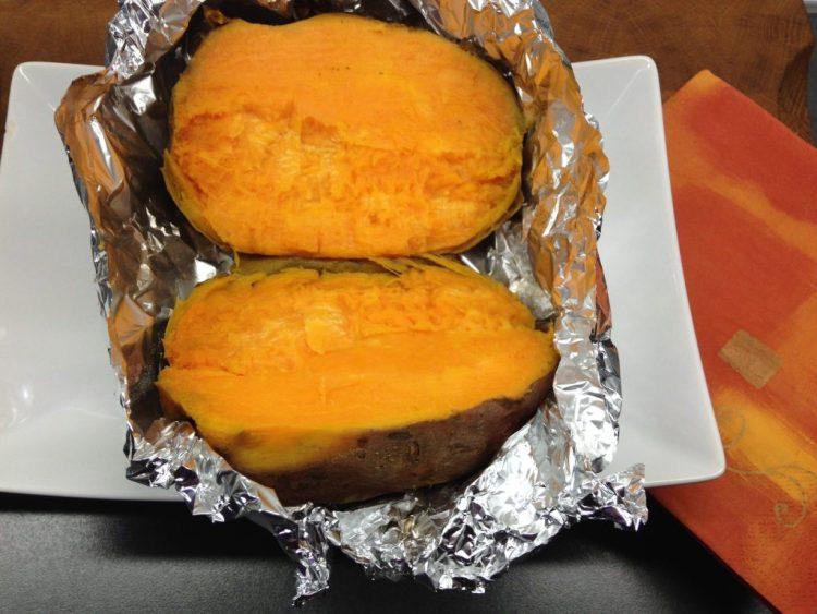 Gebackene Süßkartoffel aus dem Ofen mit Dips