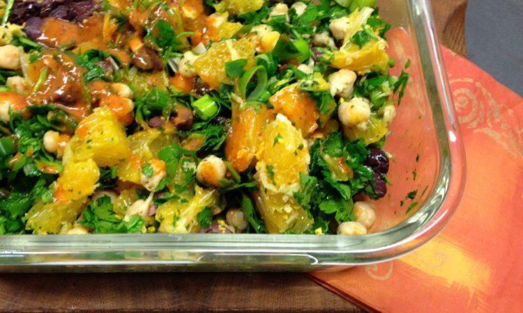 Kichererbsen Sprossen Salat mit Orangen, schwarzen Oliven und Harissa