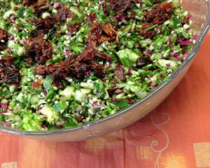 Rohkost Taboulé Salat aus Mangold und Hanfsamen