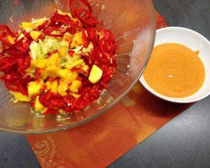 Wirsing Salat mit Mango, Paprika und Erdnuss Chili Sauce