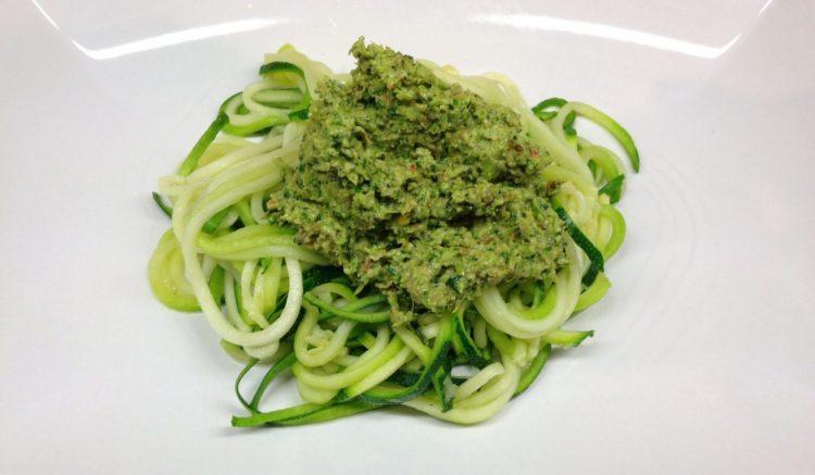 Zucchini Nudeln mit Brokkoli Pesto