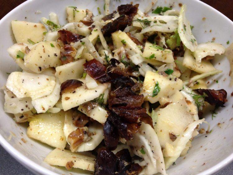 Fenchel Salat mit Birne, Datteln, Walnüssen, Minze und Cashew Dressing