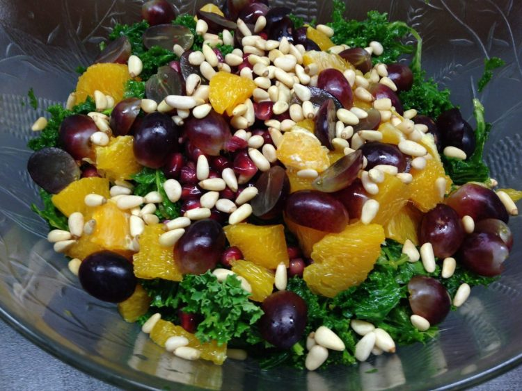 Grünkohl Salat mit Orangen, Trauben, Pinienkerne und Orangen Tahini Dressing