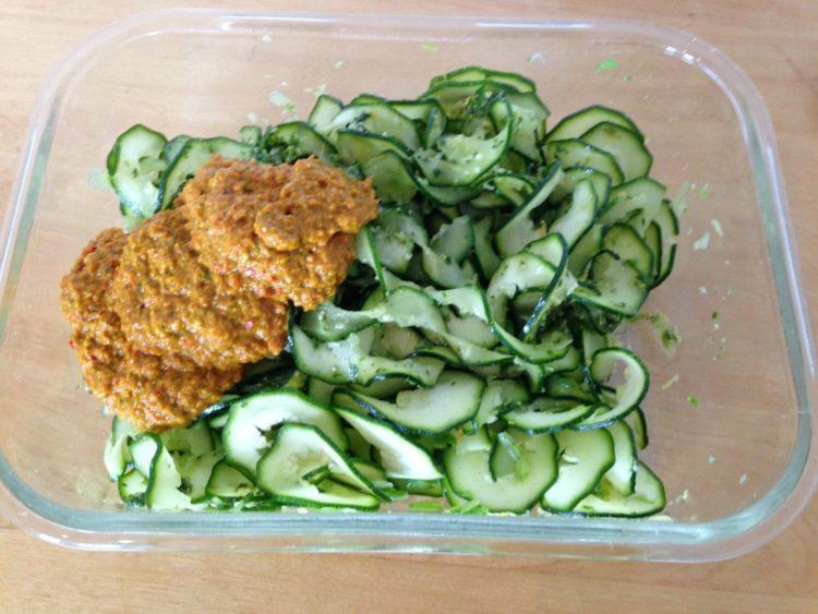 Zucchini mit Paprika Erdnuss Chili Sauce