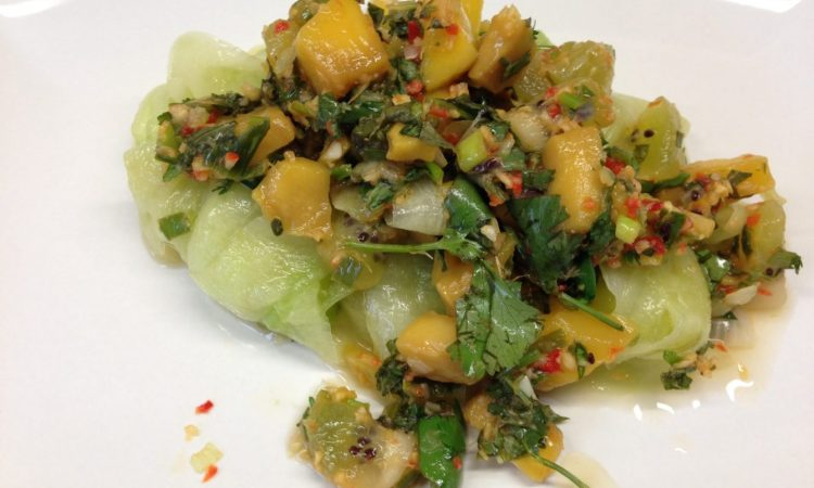 Gurken Salat mit Kiwi und Mango mit Chili Basilikum Dressing