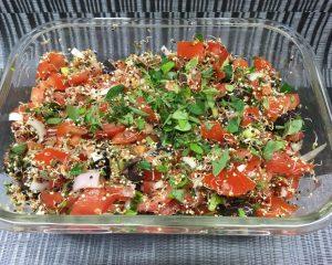 Tomatensalat mit schwarzen Oliven, Quinoa Sprossen und Pesto Dressing