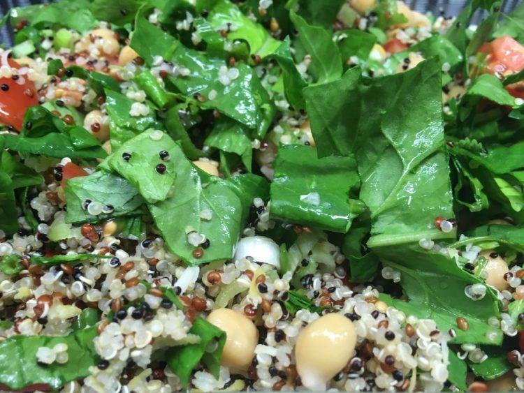 Zitronen Quinoa Salat mit Kichererbsen, Tomaten, Avocado, Spinat und Koriander