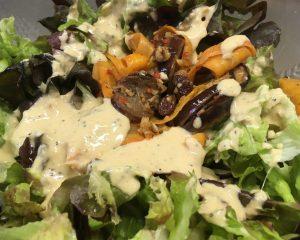Blattsalat mit gerösteten Auberginen und Karotten, Rosinen und Haselnüssen