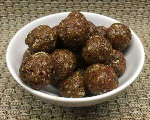 Superfood Energiebällchen mit Datteln, Goji Beeren, Chia und Hanf