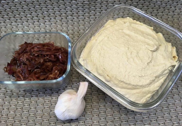 Hummus mit geröstetem Knoblauch und karamellisierten Balsamico Zwiebeln