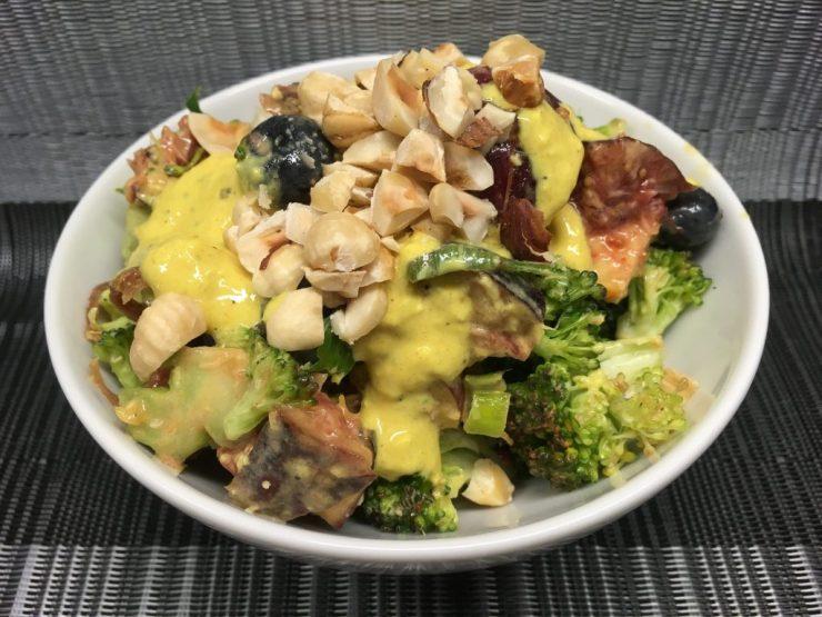 Brokkoli Salat mit Aprikosen, Heidelbeeren, Feigen, Nektarine und Haselnüssen