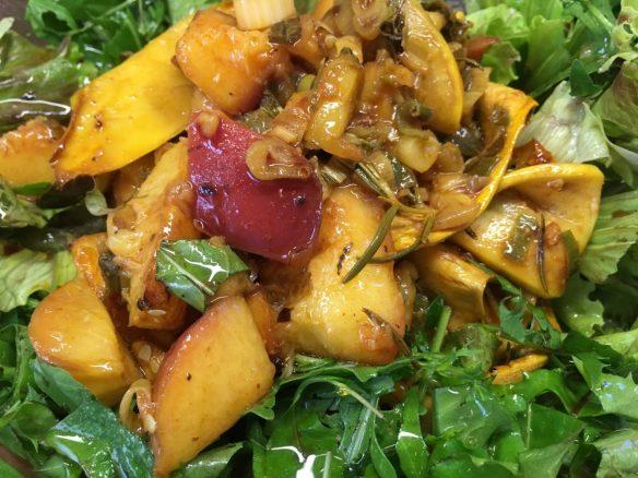 Salat mit gerösteten Nektarinen und Zucchini, Rucola und Pistazien