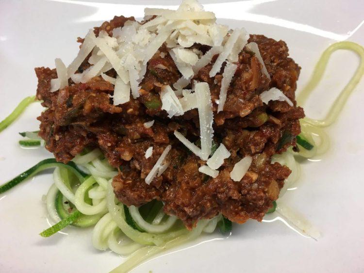 Zucchini Spaghetti mit würziger Walnuss Pilz Bolognese