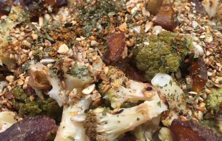 Blumenkohl Salat mit gerösteten Kernen und Birnen Miso Dressing
