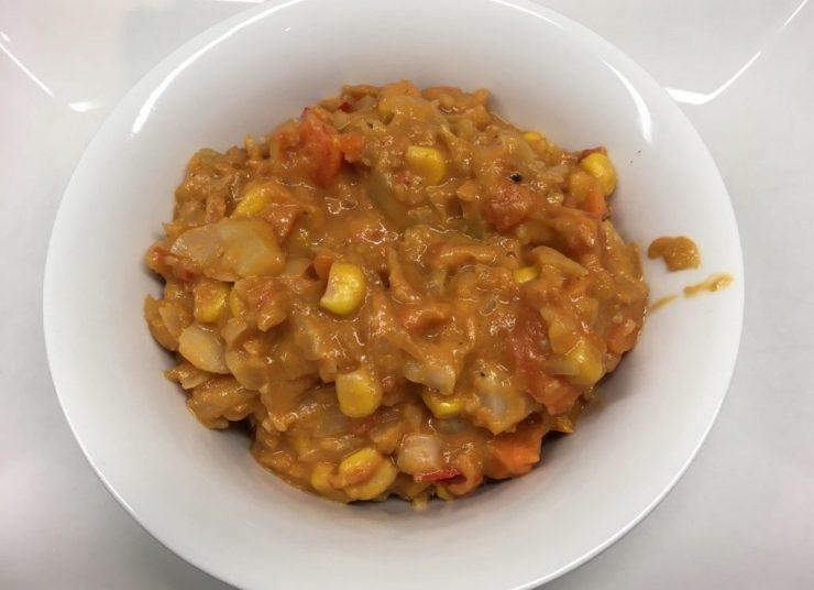 Dieser afrikanische Erdnuss Eintropf aus Weißkohl, Möhren, Paprika, Erdnüssen und Mango ist ein ideales wärmendes Gericht für kalte Herbst- und Wintertage.