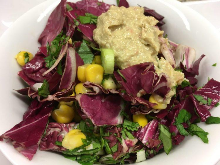 Grünkohl Radicchio Mais Salat mit Walnuss-Avocado-Chili Dressing