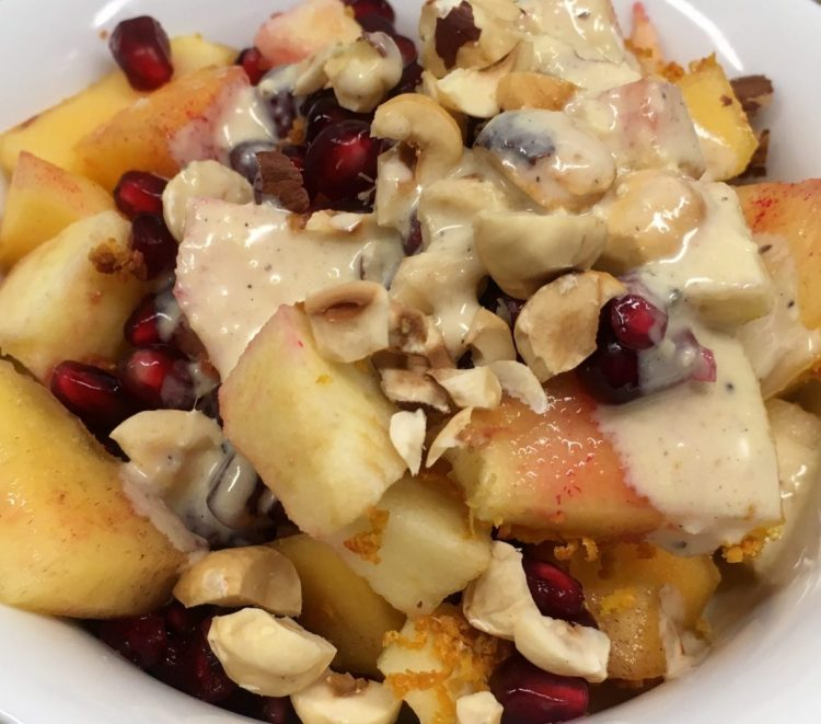 Apfel Kaki Salat mit Granatapfelkernen und Orangen Tahini Dressing
