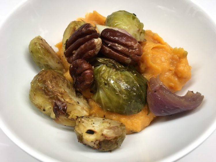 Gerösteter Rosenkohl mit Pekan Nüssen und Süßkartoffel Püree