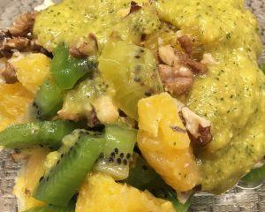 Kiwi Orangen Salat mit Walnüssen und Mango-Minz Dressing