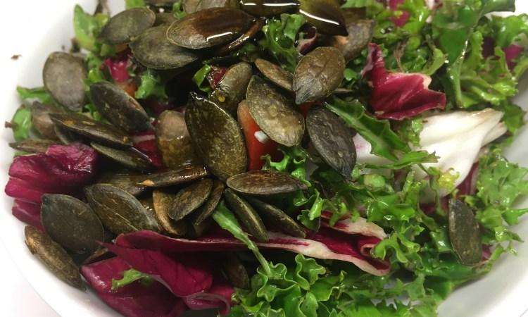 Grünkohl Radicchio Salat mit Paprika, Avocado und Kürbiskernen