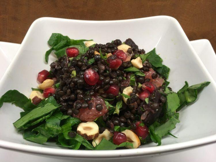 Linsen Salat mit gerösteten Rote Bete, Grapefruit, Spinat, Haselnüssen und Granatapfelkernen