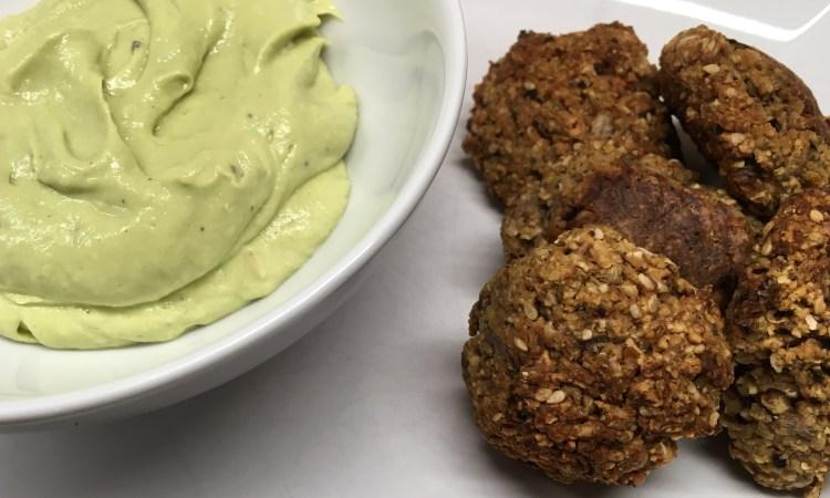Kohlrabi Falafel mit Avocado Tahini