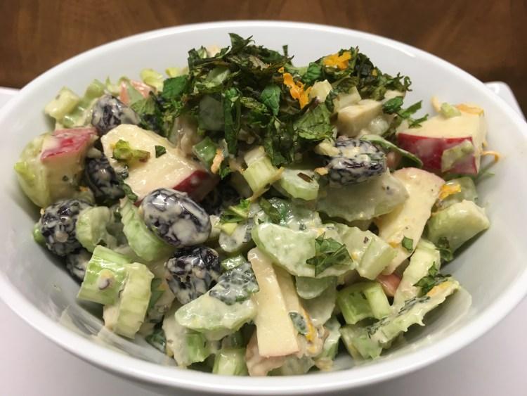 Waldorf Salat mit Sellerie, Apfel, Trauben und Walnüssen