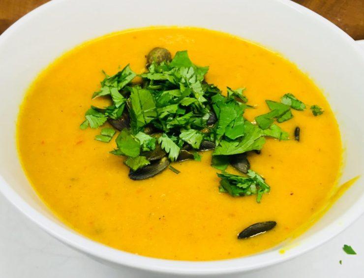 Kürbis Suppe mit Süßkartoffel, Paprika, Orange, Mango, Avocado und Cashews