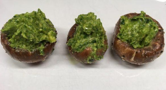 Gefüllte marinierte Champignons mit Avocado Pesto