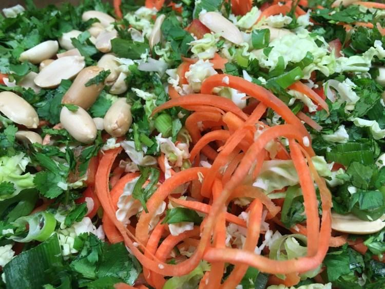 Wirsing Salat mit Paprika, Erdnüssen und Zitronen Chili Dressing