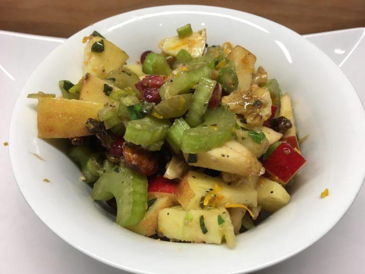 Sellerie Salat mit Apfel, Rosinen, Mandeln und Granatapfelkernen