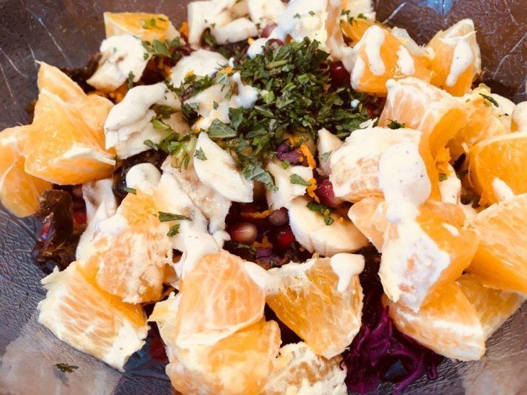 Rotkohl Salat mit Datteln, Orangen, Granatapfelkernen und Mandel Ingwer Miso Dressing