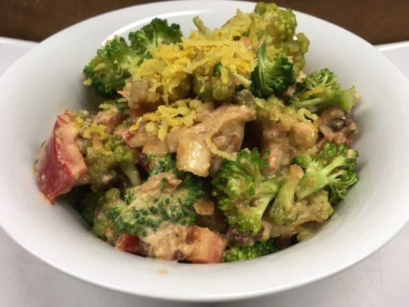Brokkoli Blumenkohl Salat mit Paprika, Rosinen und Erdnuss Chili Dressing