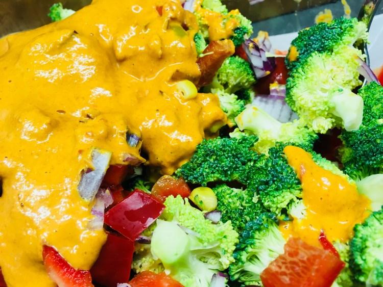 Brokkoli Mais Salat mit Paprika und Erdnuss Curry Dressing