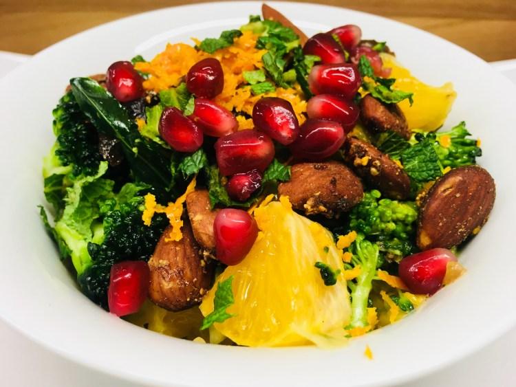 Brokkoli Salat mit Aprikosen, Orange, Datteln, Granatapfelkernen und Orangen Mandel Dressing