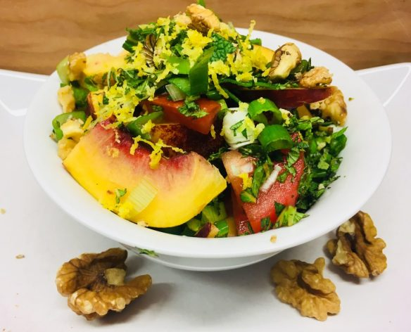 Tomaten Salat mit Pfirsich, Walnüssen und Minze