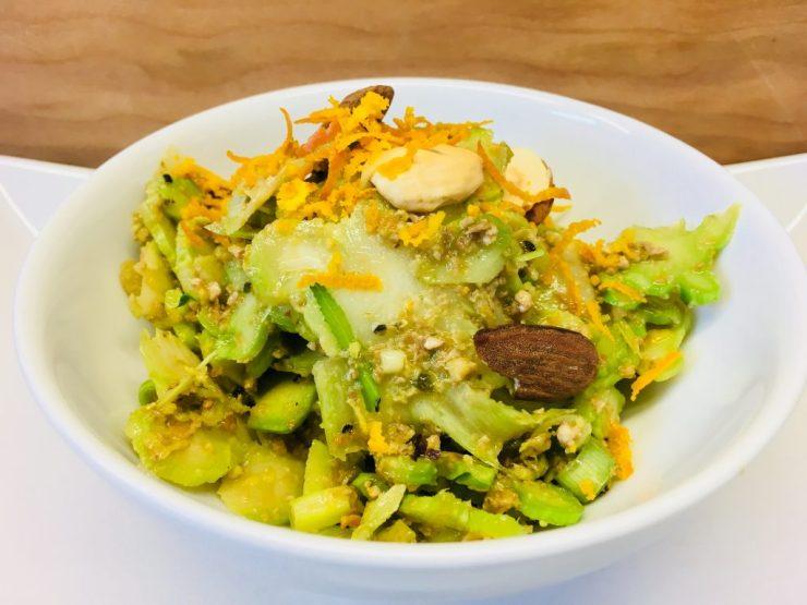 Brokkoli Salat mit Oliven, Mandeln und Orangenpfeffer