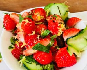 Erdbeer Gurken Salat mit Minze, Mandeln und Basilikum