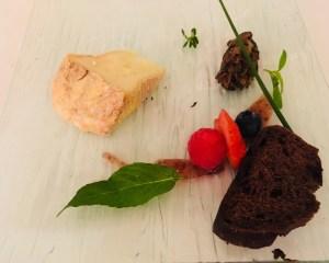 Livarot mit einer Gemüsepaste mit Feigenpüree und Kakaobrot