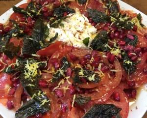 Tomaten mit Granatapfelsirup und knusprigen Salbeiblättern