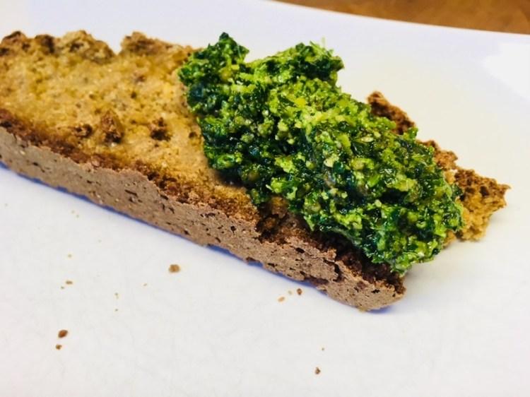 Soda Brot mit Sellerie und Kapuzinerkresse Pesto