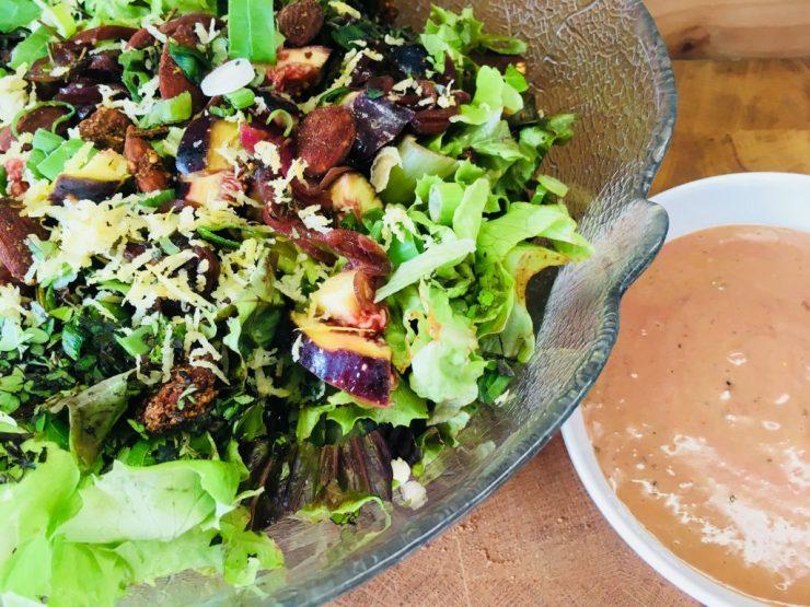 Eichblatt Salat mit roten Zwiebeln und Feigen Balsamico Vinaigrette