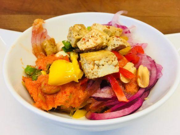 Pikanter Paprika-Gurken Salat mit gebratenem Sesam-Tofu