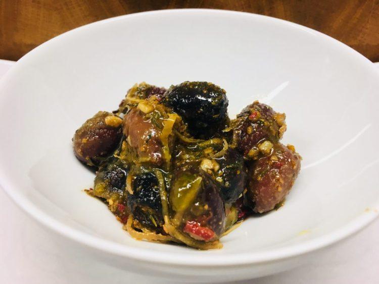 Schwarze Orangen-Oliven mit Chili
