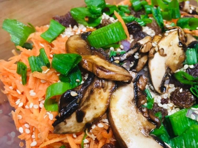Karotten Salat mit marinierten Champignons und Sweet Miso Dressing