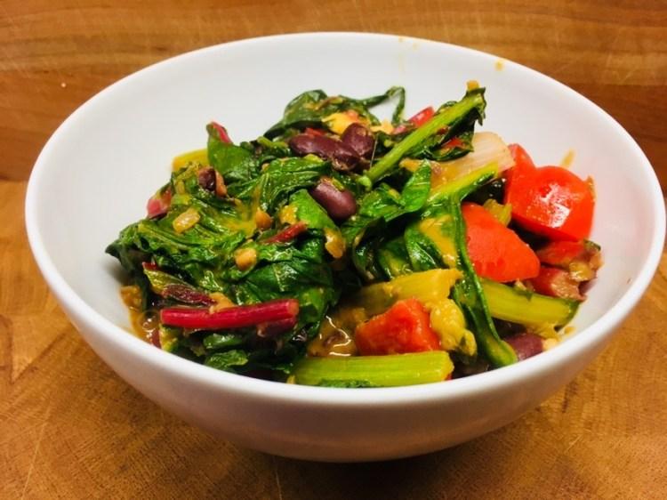 Bunter Mangold mit Kidney Bohnen, Paprika und Erdnüssen