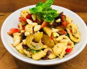 Nudelsalat mit Paprika, Tomaten, Aprikosen und Datteln