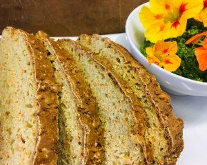 Soda Brot mit Kapuzinerkresse mit Pesto