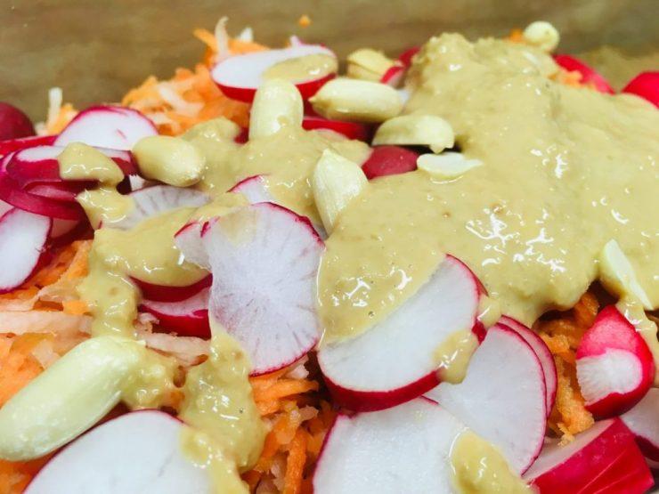 Rettich Karotten Salat mit Erdnuss Ingwer Dressing